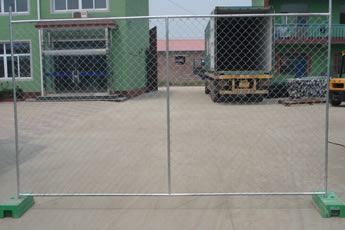 Two pieces of Australia chain link portable fences are installed on the land.
