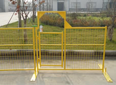 A piece of Canada portable fence gate is installed on the fence panels.